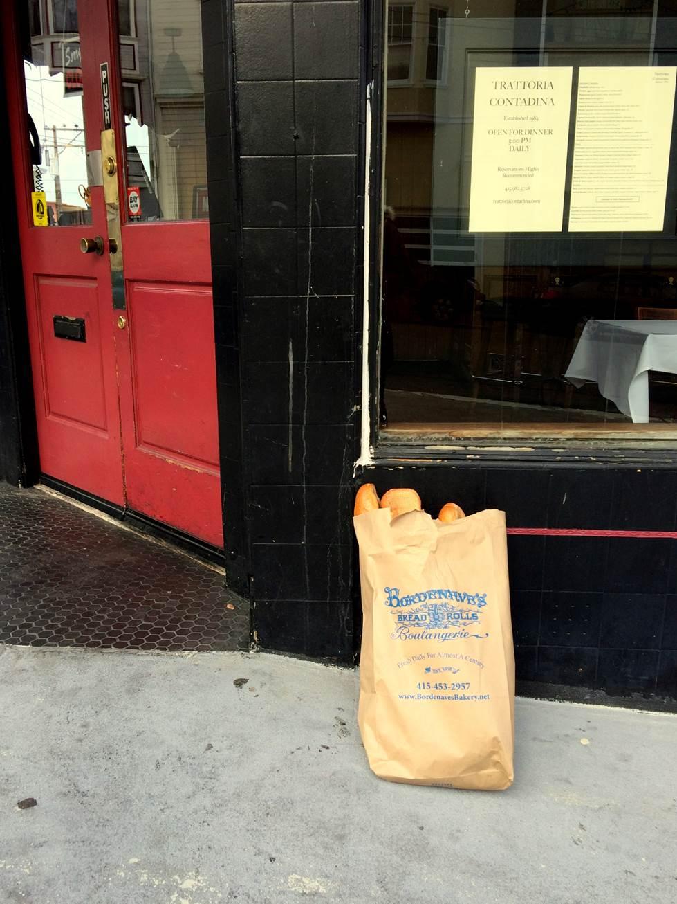 開店前のパン配達