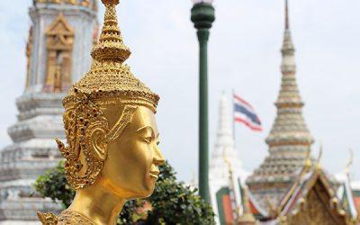 ワット・プラケオ寺院の華麗なる装飾を楽しむ